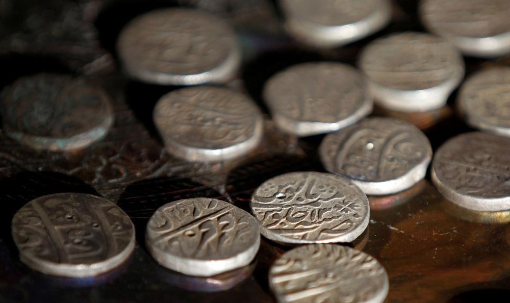 Stare srebrne monety w antykwariacie w Islamabadzie, Pakistan.