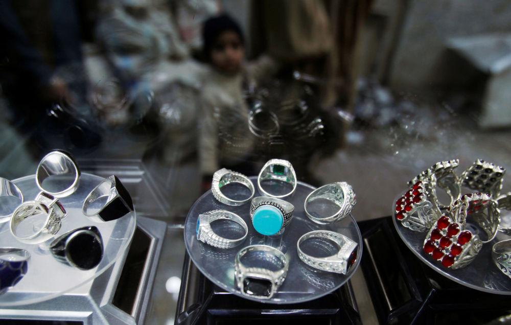 Srebrne pierścionki na wystawie w sklepie jubilerskim w Peszewarze, Pakistan.