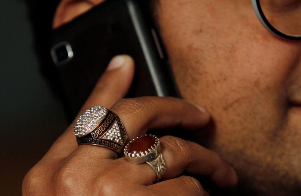 Srebrne pierścienie na palcach mężczyzny w Peszewarze, Pakistan.