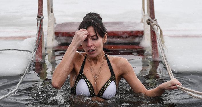 Kąpiel w lodowatej wodzie.
