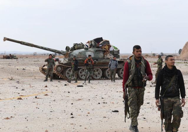 Syryjskie wojska rządowe w pobliżu lotniska Abu ad-Duhur w prowincji Idlib