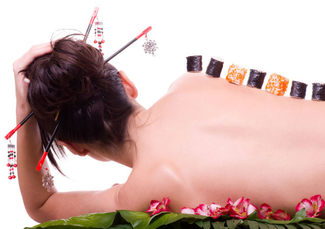 Sushi na ciele młodej kobiety