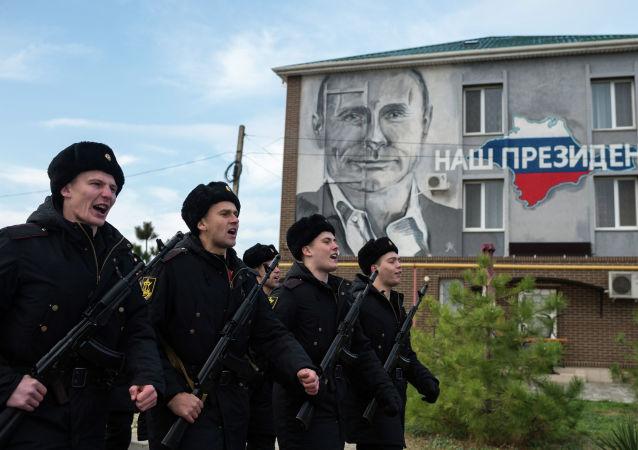 Żołnierze piechoty morskie w czasie składania przysięgi w Sewastopolu