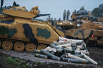 Tureccy żołnierze przygotowują czołgi do udziału w działaniach zbrojnych na północy Syrii