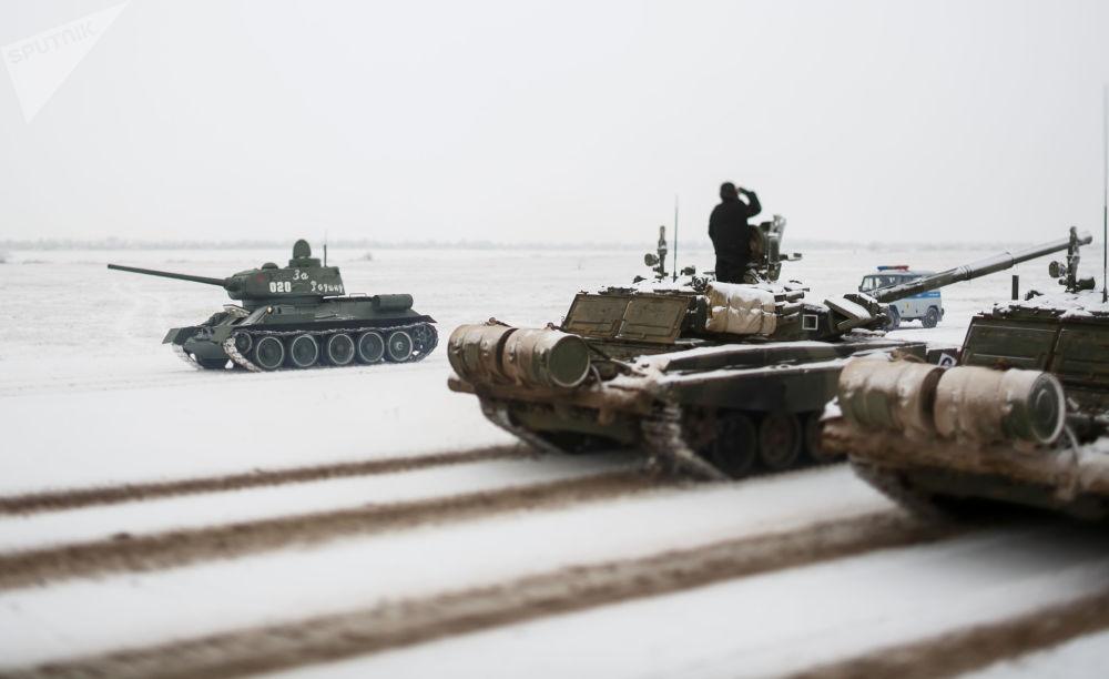 Czołgi T-72 i T-34 podczas próby parady z okazji 75. rocznicy bitwy pod Stalingradem