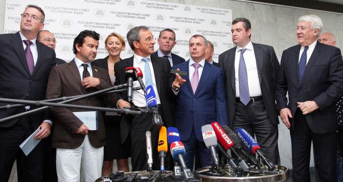 Członkowie francuskiej delegacji podczas briefingu w Symferopolu