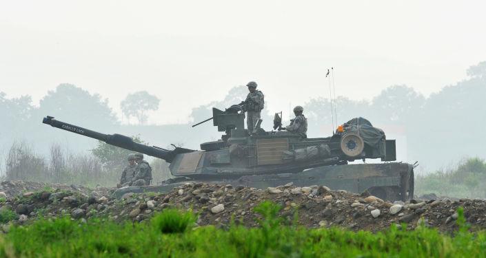 Amerykańskie wojsko i czołg M1A2