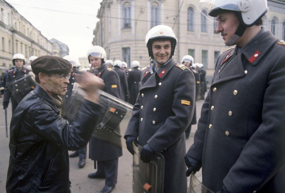 Kordon milicji podczas protestów, 1991 rok