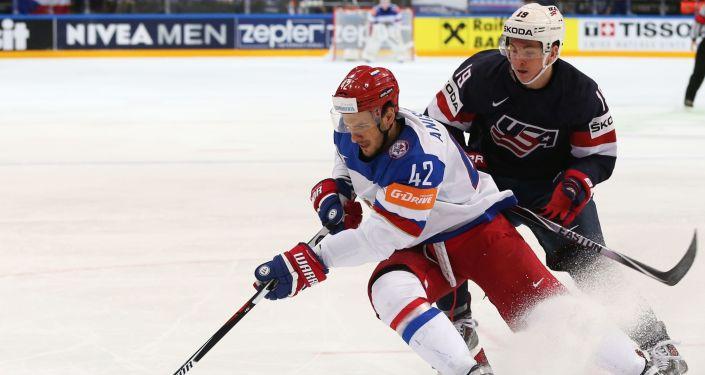Reprezentant Rosji w hokeja Artem Anisomov (z lewej) i reprezentant USA Jimmy Vesey