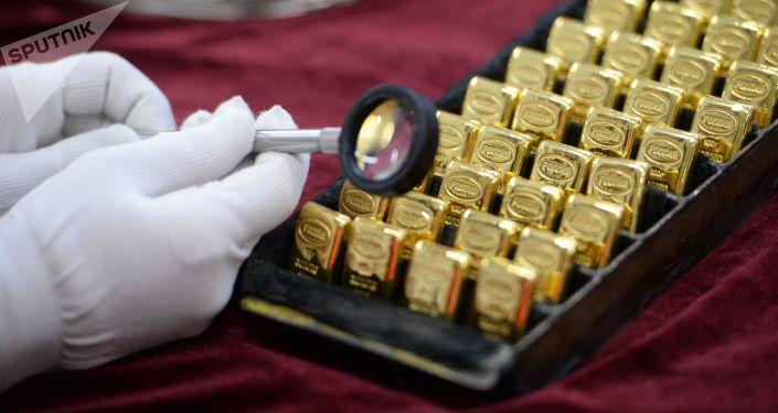 """Pracownik ogląda sztabki złota wyprodukowane w """"Jekaterynburskim Zakładzie Przetwórstwa Metalów Kolorowych"""""""