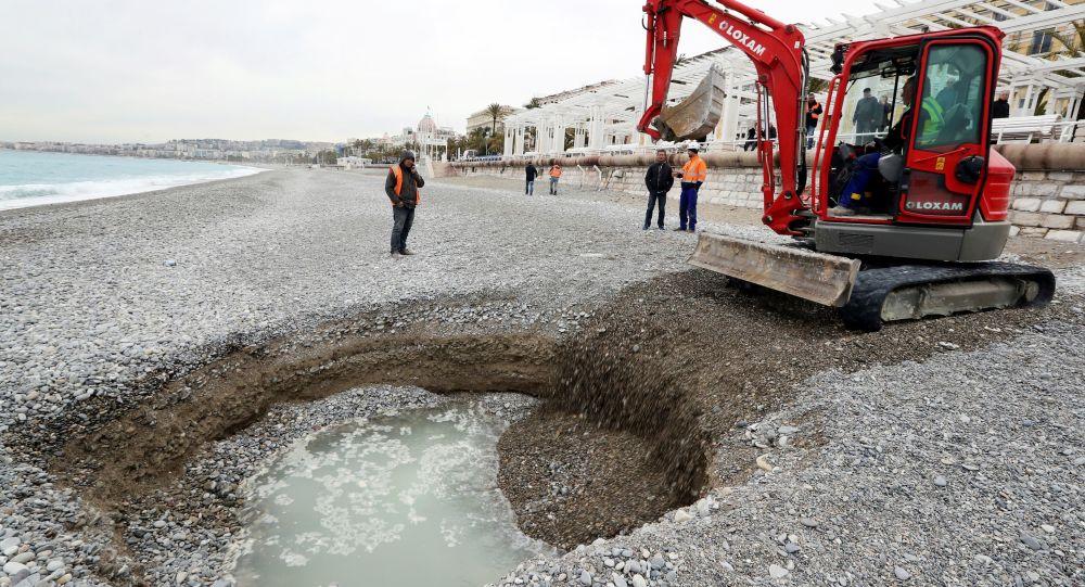 Lej o średnicy pięciu i głębokość dwóch metrów na plaży w Nicei