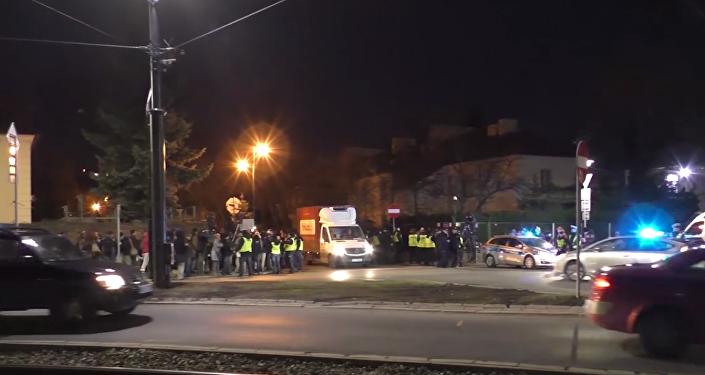 Pod ambasadą Izraela Polaków wieczorne rozmowy