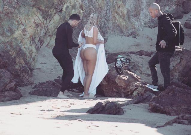 Nanoszenie kremu na pośladki amerykańskiej modelki Kim Kardashian