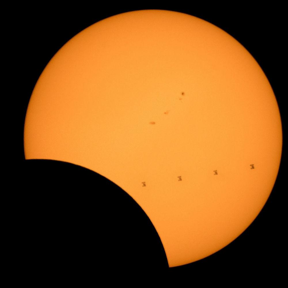 Tranzyt MSK na tle Słońca podczas zaćmienia