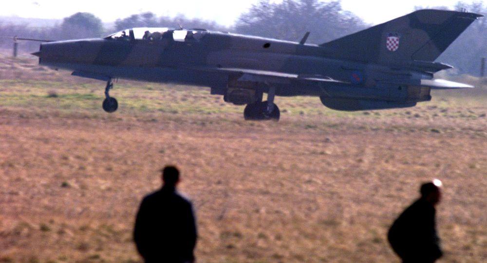 Chorwacki myśliwiec MiG-21 na lotnisku w Puli. Zdjęcie archiwalne