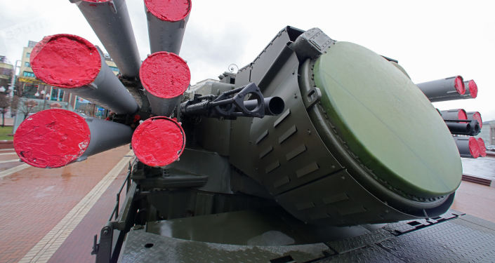 """Przeciwlotniczy zestaw artyleryjsko-rakietowy """"Pancyr-S1 na wystawie nowoczesnego sprzętu i broni Floty Bałtyckiej w Kaliningradzie"""