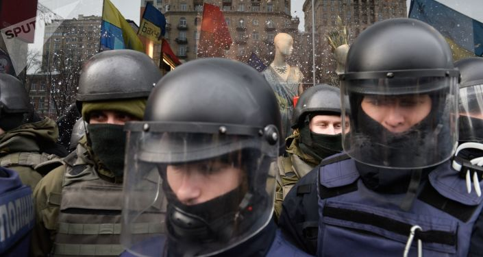 Stróże prawa pod budynkiem sądu rejonowego w Kijowie