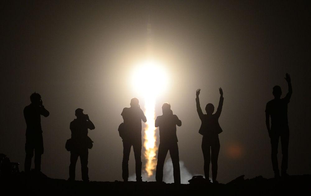 Ludzie obserwują start rosyjskiej rakiety nośnej Sojuz-FG wynoszącej załogowy statek Sojuz TMA-3 z kosmodromu Bajkonur