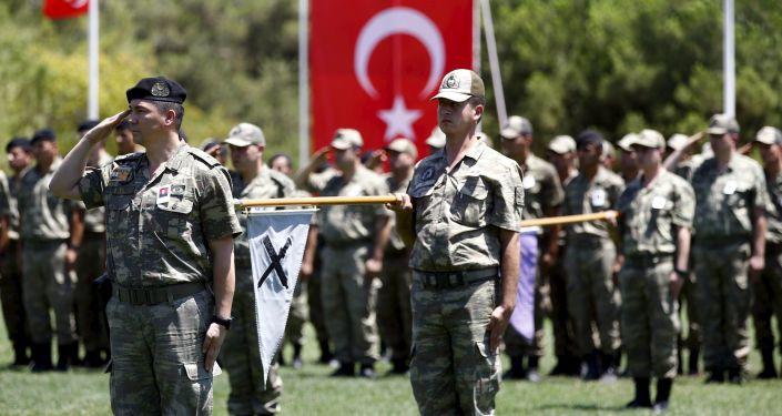 Żołnierze tureckiej armii podczas pogrzebu kolegi