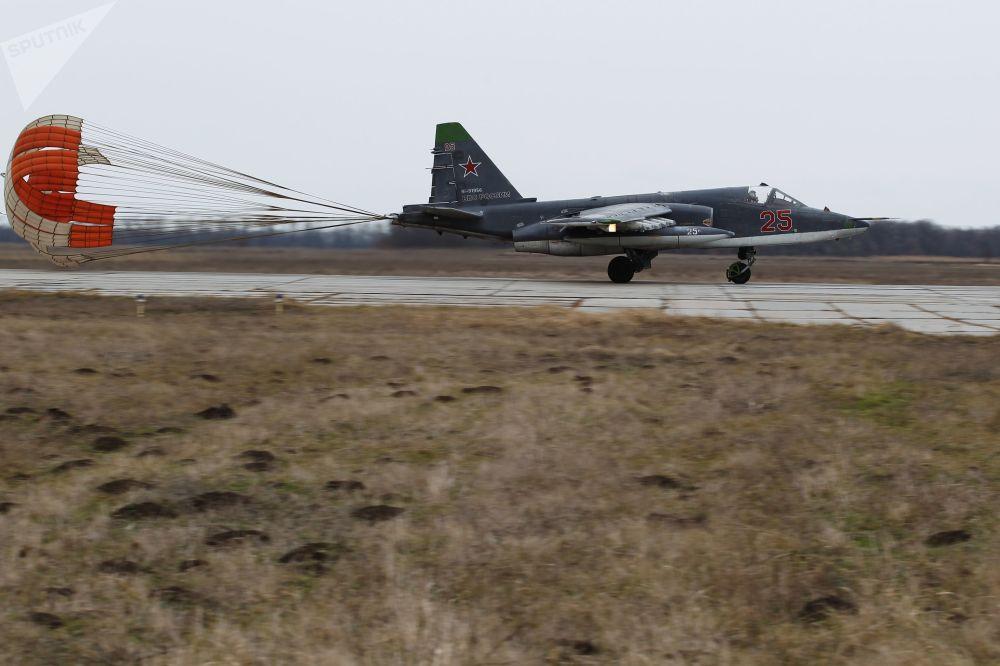 Lotniczo-taktyczne ćwiczenia szturmowców Su-25 w Kraju Krasnodarskim