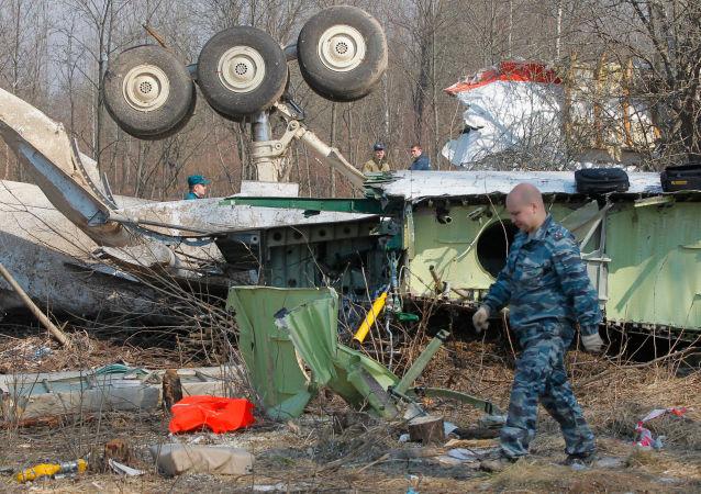 Służby ratownicze kontynuują prace na miejscu katastrofy polskiego samolotu rządowego Tu-154 pod Smoleńskiem