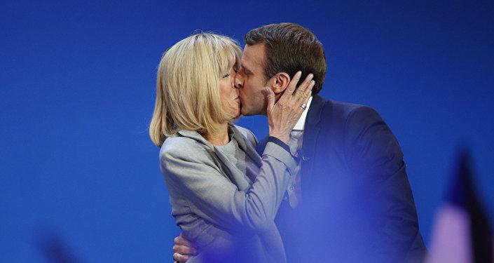 Prezydent Francji Emmanuel Macron z żoną Brigitte