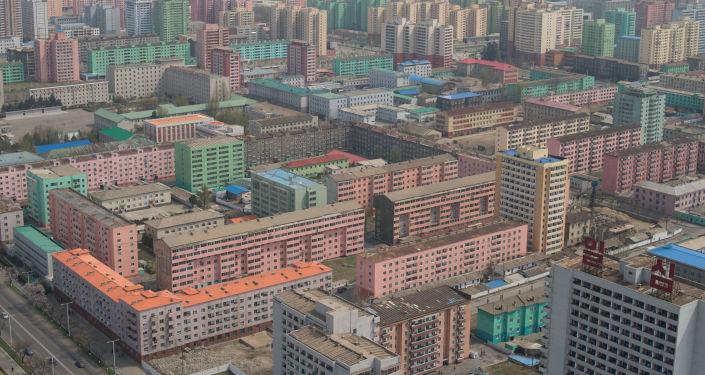 Widok na Pjongjang z tarasu widokowego wieży idei Dżucze