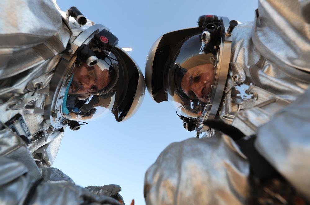 W eksperymencie, który potrwa do 28 lutego, bierze udział czterech mężczyzn i jedna kobieta.