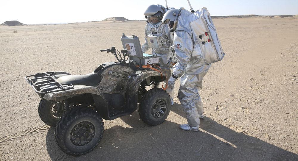 Przedstawiciele wyprawy AMADEE-18 w czasie eksperymentu modelowania życia na Marsie na pustyni Oman