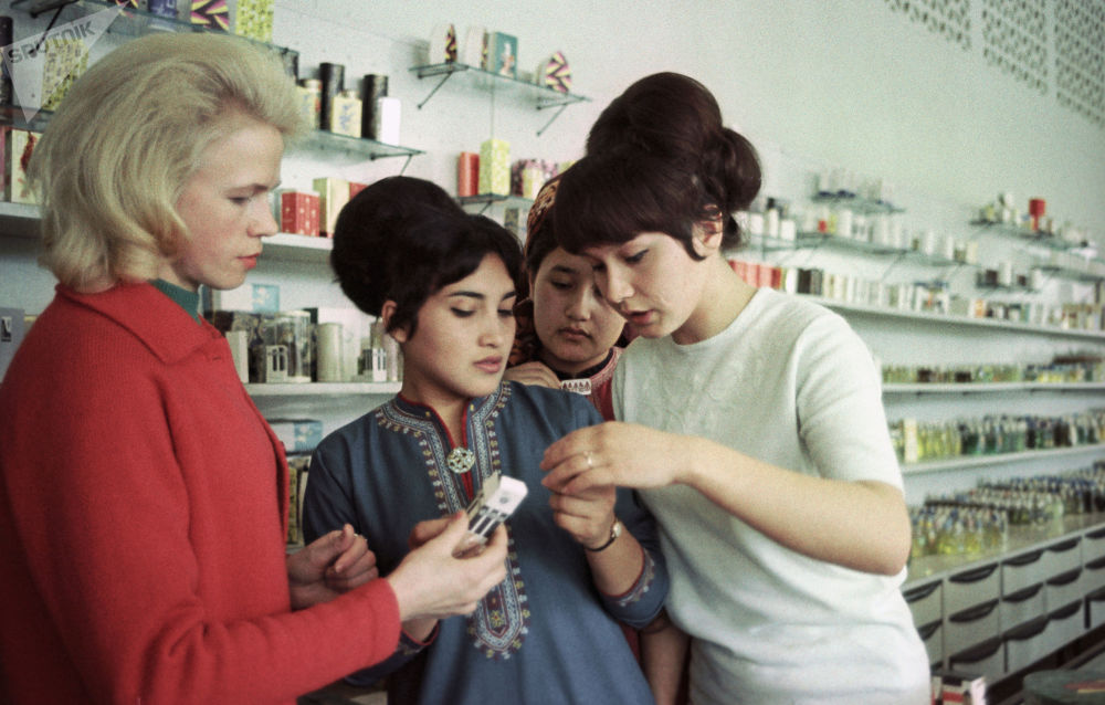 W hali handlowej nowego sklepu, otwartego w Aszchabadzie, w Turkmeńskiej SRR, 1968 rok.