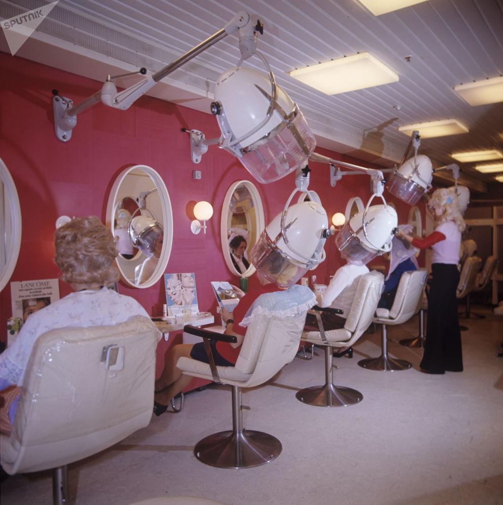 Salon damski na statku wycieczkowym Maksim Gorki, 1974 rok.