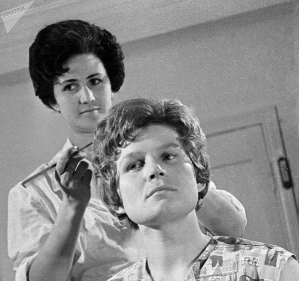 Radziecka kosmonautka Walentina Tierieszkowa w salonie fryzjerskim przed odlotem w kosmos, 1963 rok.