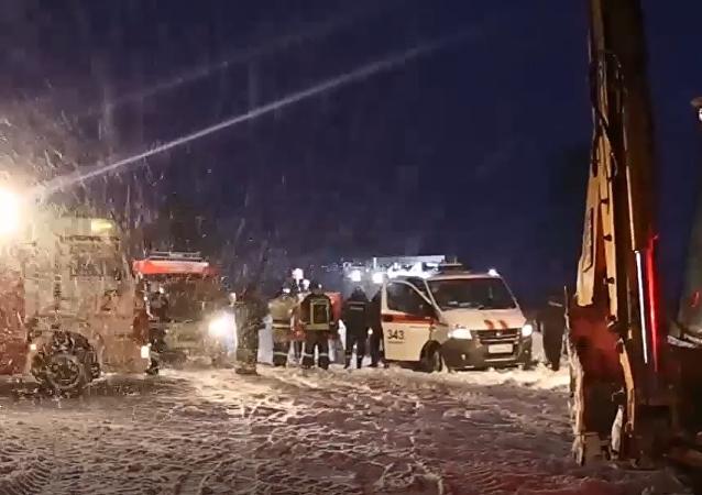 Ratownicy na miejscu upadku rosyjskiego samolotu An-148