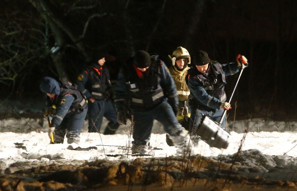 Ratownicy na miejscu upadku samolotu An-148 Saratowskich linii lotniczych pod Moskwą