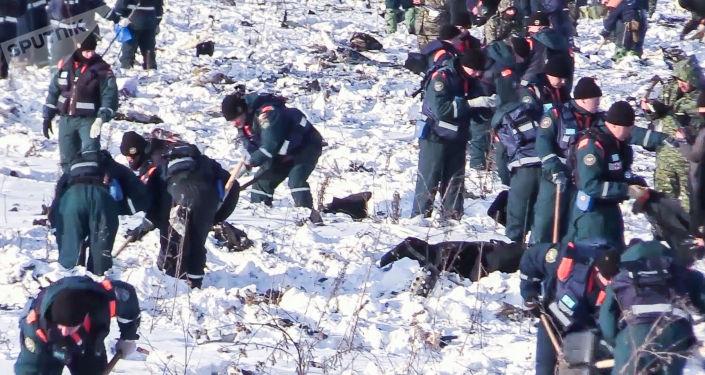 Pracownicy Ministerstwa Spraw Nadzwyczajnych Rosji w obwodzie moskiewskim, gdzie rozbił się samolot An-148 Saratov Airlines rejsu 703 Moskwa-Orsk