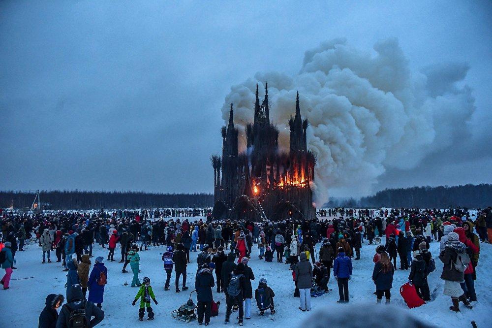Płonący obiekt artystyczny artysty Nikołaja Polisskiego podczas obchodów Maslenicy w parku sztuki Nikola-Leniwiec w regionie Kaługa.
