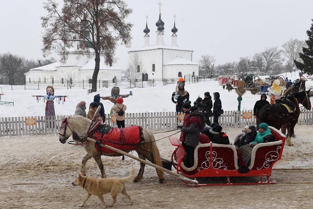 Ludzie na przejażdżce saniami podczas uroczystości w Suzdalu.