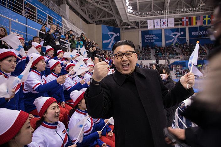 Mężczyzna wcielający się w postać przywódcy KRLD Kim Dzong Una podczas meczu hokejowego pomiędzy drużynami kobiet z Korei i Japonii na XXIII Zimowych Igrzyskach Olimpijskich w Pjongczangu
