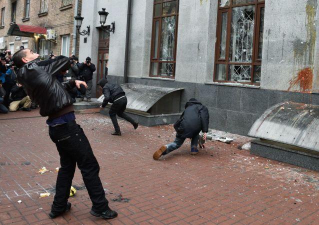 Radykałowie demolują budynek Rossotrudniczestwa w Kijowie, 18 lutego 2018 roku