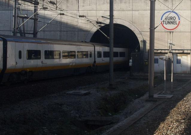 Pociąg Eurostar jedzie przez tunel pod La Manche
