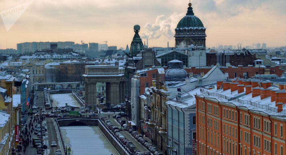 Widok na kanał Gribojedowa, dom Singera i Sobór Kazański z kopuły Soboru Zmartwychwstania Pańskiego w Petersburgu