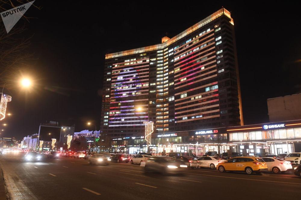 W Moskwie na ulicy Nowy Arbat na budynkach nr 11 i 19 w ciemności we wszystkie święta są pokazywane filmy tematyczne.
