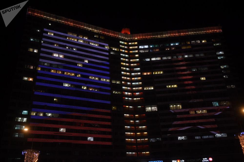 Również wiele budynków w Moskwie oświetlanych jest w tym dniu w kolory rosyjskiej flagi.