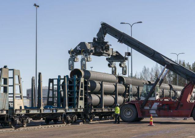Wyładunek rur do Nord Stream-2 w miejscowości Kotka w Finlandii