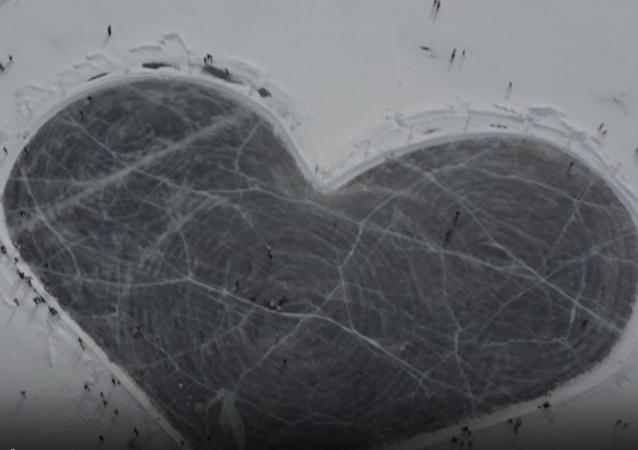 Lodowisko w kształcie serca pojawiło się na lodzie na jeziorze Bajkał