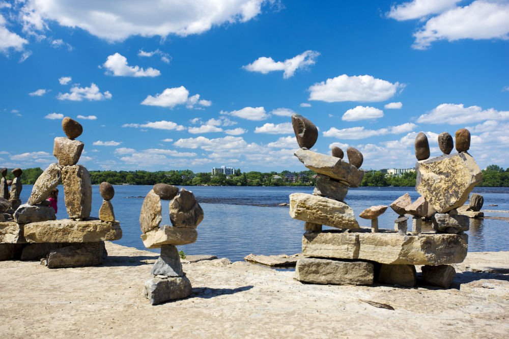Rzeźby Remic Rapids Balanced Rock Sculptures w Kanadzie