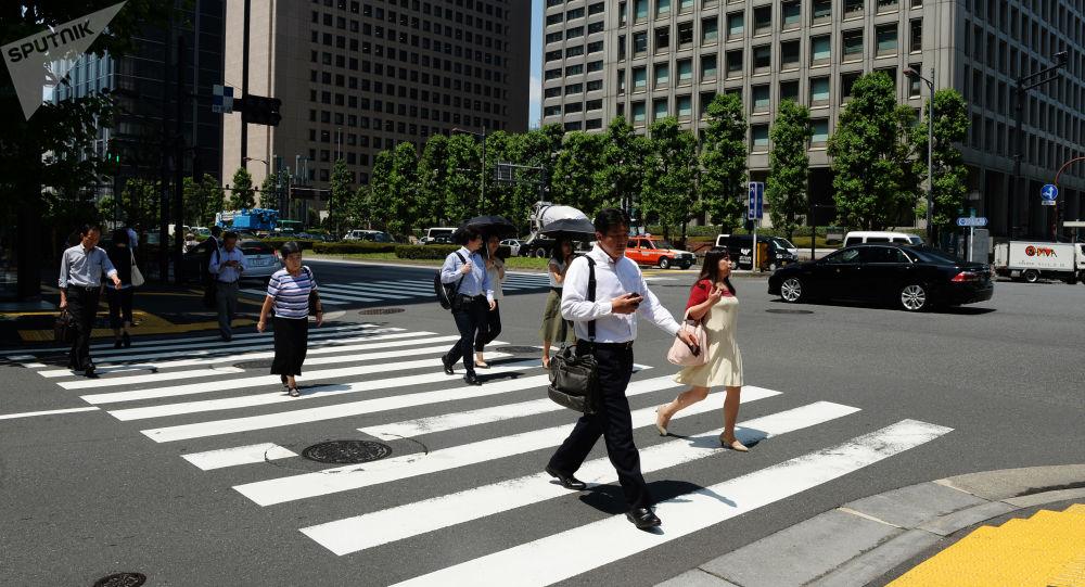 Mieszkańcy Tokio na przejściu dla pieszych