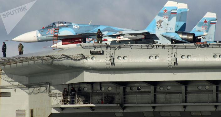 СSamoloty Su-33 na pokładzie ciężkiego krążownika lotniczego Admirał Floty Związku Radzieckiego Kuznicow