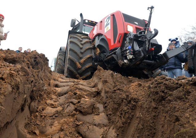 Traktor z mińskiej fabryki