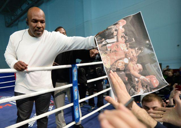 Bokser Mike Tyson podczas otwartej klasy boksu w Pałacu Sportu w Jekaterynburgu
